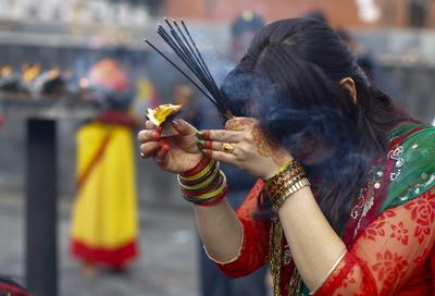 Las mujeres hindúes de Nepal oran o adoran al Señor Shiva durante el primer día de la Sarwan Brata festival, el mes de ayuno, en las instalaciones del templo de Pashupati en Katmandú, Nepal.