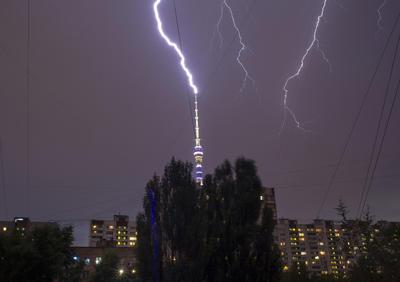 Relámpago se ve en el cielo de la torre de televisión Ostankino durante una tormenta en Moscú, Rusia.