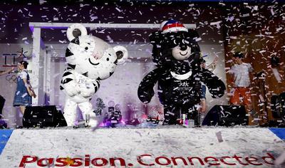 Las mascotas de los Juegos Olímpicos de Invierno de Pyeongchang 2018 posan durante su presentación en Pyeongchang, Corea del Sur. Los primeros Juegos Olímpicos de Invierno que se celebrarán en Corea del Sur comenzarán el 9 de febrero de 2018.