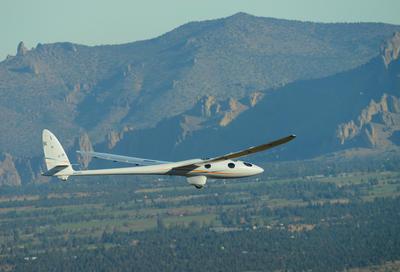 Fotografía cedida por Airbus con fecha del 23 de septiembre de 2015 sobre Oregon (Estados Unidos), muestra un avión sin motor que alcanzará 90.000 pies de altura (27,4 kilómetros) en agosto y rozará el espacio exterior sobre el cielo de la Patagonia argentina.