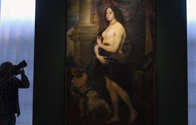 """Un fotógrafo toma fotos de la obra """"Venus en pieles"""" en la Galería de Retratos de Sansouci en Potsdam (Alemania)."""