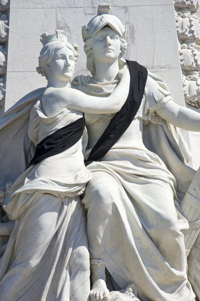 Bandas negras decoran las estatuas del Monumento del Centenario, en el paseo de los Ingleses de Niza (Francia).