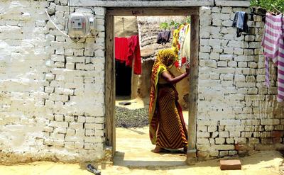 Imagen tomada en la localidad de Anandpur, en el estado norteño de Uttar Pradesh, en la que se ve a Mamta Chauhan en la entrada de su casa, que acaba de recibir conexión eléctrica.