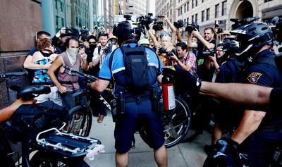 Manifestantes se pronunciaron contra Trump en las afueras en Cleveland.
