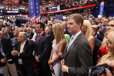 Los hijos del magnate momentos antes de la designación oficial.
