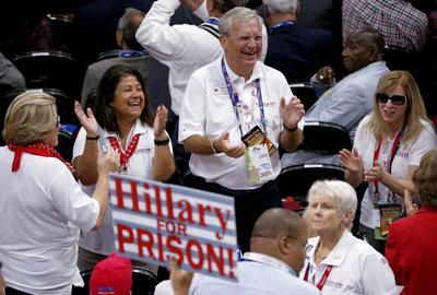 Algunos delegados llevaron pancartas en contra a Hillary Clinton, candidata—aún no oficial— del Partido Demócrata.