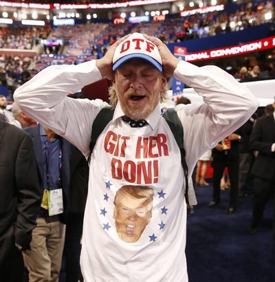 Un delegado reacciona con emoción tras la nominación oficial de Donald Trump.