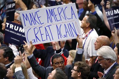 Delegados en el proceso de nominación a la presidencia del candidato republicano con pancartas en apoyo al magnate.