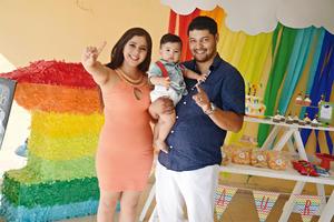 14072016 UN AñO.  Mauro con sus papás, Jessica y Juan Carlos.