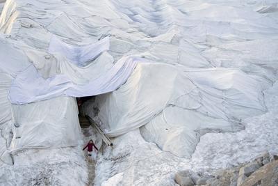 Turistas visitan una gruta en el Glaciar del Ródano en el Puerto de Furka, Suiza. El glaciar del Ródano, el más grande de los Alpes uraneses, ha sido cubierto con mantas especiales para evitar que se derrita. EFE