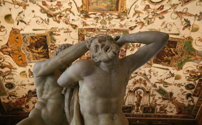 Esta foto tomada el 22 de abril de, 2016, muestra una vista parcial de la estatua de Hércules y el centauro. Neso con el techo adornado de la Galería de los Uffizi en el fondo en Florencia, Italia.