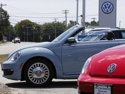 Vista de varios vehículos de Volkswagen en un concesionario de Old Saybrook, Connecticut, Estados Unidos.