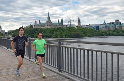 Ambos mandatarios corrieron en la mañana en el histórico puente Alexandra.