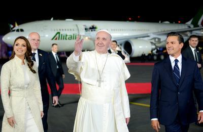 El papa Francisco fue recibido por Peña Nieto y Angélica Rivera en su visita a México en 2016.