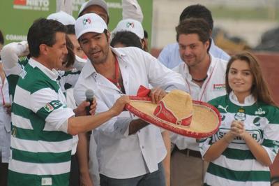 Peña Nieto acudió en varias ocasiones a ciudades laguneras a realizar actos de campaña. Aquí con el cantante torreonense Pablo Montero.