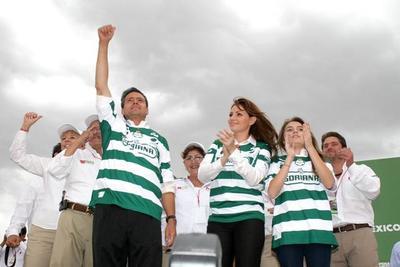 Peña Nieto y su familia portando la playera del Santos Laguna en visita a La Laguna.