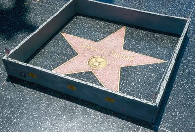 Vista de la Estrella de Donald Trump en el Paseo de la Fama de Hollywood, California. Un desconocido había construido un muro de hormigón de color gris alrededor de ella, rematada con alambre de espino.