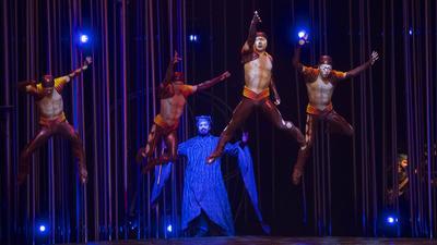 """Un momento del espectáculo """"Varekai"""", que el Cirque Du Soleil ha representado esta noche en el Palacio de los Deportes de Murcia."""