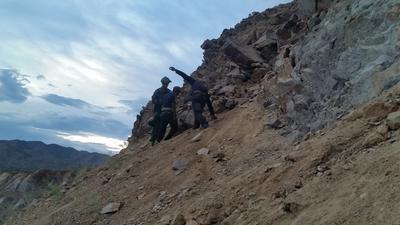 Fotografía cedida en donde se aprecia el momento en que agentes de la Patrulla Fronteriza rescataban a un grupo de 15 inmigrantes indocumentados atrapados en una mina en la población de Green Valley en la frontera de Arizona.