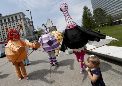 Representantes del Museo de Arte de Cleveland a pie por el centro de Cleveland el martes 19 de julio de, 2016, durante el segundo día de la convención republicana.