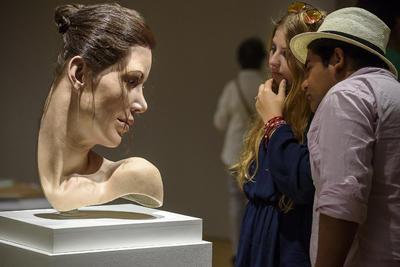 """Unos visitantes observan la obra """"Lily"""" de Jamie Salmon, perteneciente a la exposición """"Escultura Hiperrealista 1973-2016"""", la primera gran retrospectiva de ese movimiento con 34 obras de 26 artistas, que ha sido presentada hoy en el Museo de Bellas Artes de Bilbao."""