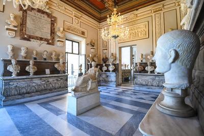 Vista general de la sala de los emperadores después de su restauración en los Museos Capitolinos en Roma, Italia.
