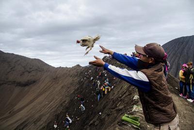 Un indonesio lanza un pollo al cráter Monte Bromo a modo de ofrenda durante la celebración del Festival Kasada, en Probolinggo, Java Oriental, Indonesia.
