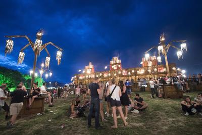 Varios asistentes esperan el próximo concierto durante la 41 edición del Paléo Festival Nyon, Suiza. El festival finaliza el próximo 24 de julio.
