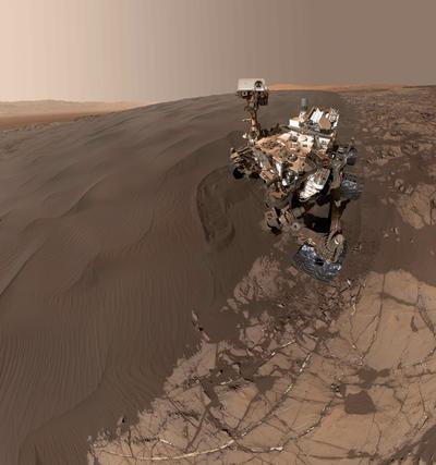 """Imagen facilitada por la NASA del """"selfi"""" que el robot de exploración de Marte """"Curiosity"""" se hizo el 19 de enero de 2016 en la duna Namib, durante su recorrido por el campo de dunas Bagnold."""