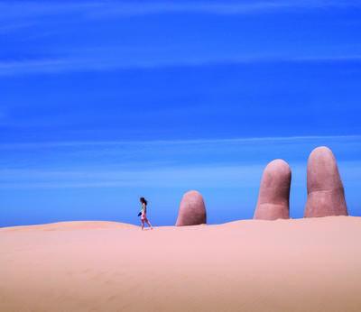 """Una fotografía cedida por el Ministerio de Turismo de Uruguay, que muestra la icónica obra de arte """"Hombre emergiendo a la vida"""", también conocida como """"Dedos"""", del artista chileno Mario Irrazabal."""