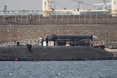 """Imagen del submarino de la Royal Navy """"HMS Ambush"""", de propulsión nuclear, que se encuentra desde ayer en el puerto de Gibraltar para ser reparado tras chocar contra un buque mercante en aguas españolas cercanas al Peñón."""