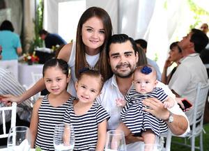 Sara y Gerardo con sus hijas, Isabella, Elizabeth y María José.jpg