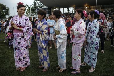 Mujeres japonesas participan en el festival de danza Bon Odori en Shah Alam, las afueras de Kuala Lumpur, Malasia.