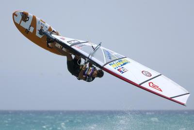 El venezolano Gollito Estredo durante la primera ronda eliminatoria de la modalidad 'freestyle' de windsurf en el XXXI Campeonato del Mundo de Windsurf y Kiteboard que se disputa en la playa de Sotavento, al sur de Fuerteventura.