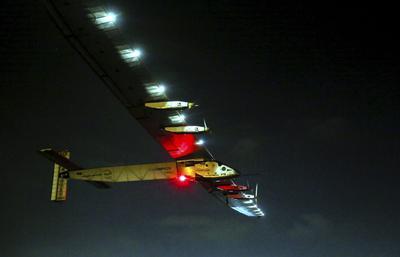 El avión Solar sale de el aeropuerto de El Cairo mientras se dirige a Abu Dhabi, Emiratos Arabes Unidos.
