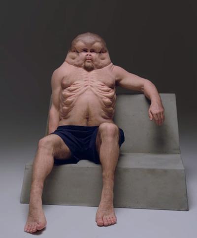 Esta imagen muestra al personaje principal de la última campaña de seguridad en la carretera en Melbourne, Australia. La escultura muestra cómo los humanos tendrían que evolucionar para sobrevivir a los accidentes automovilísticos.
