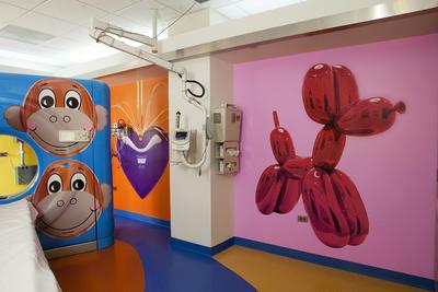 Esta foto muestra una sala de escáner CT con tres obras de arte de Jeff Koons, de izquierda a derecha; Mono, colgante del corazón (Violeta / oro) y el globo del perro en el Hospital Defensor del niño en Oak Lawn.
