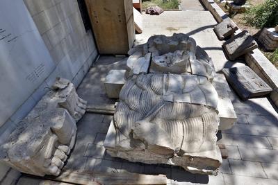 Los restos de la mayor parte de al- Lat, una estatua de 2.000 años de edad, que fue destruido por militantes del Estado Islámico en el centro de la ciudad antigua de Palmira en 2015, yacía en el suelo.