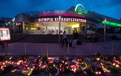Las flores y las velas se encuentran en frente del centro comercial Olympia ( OEZ ), que fue el escenario de un tiroteo en Múnich, a AlemaniaSegún las autoridades, al menos 10 personas murieron, incluyendo el sospechoso , y 16 fueron hospitalizados después de un tiroteo en el centro comercial Olympia en Munich.