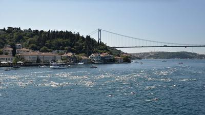 Los nadadores participan en la carrera anual de natación Bósforo Cruz - continental en Estambul, Turquía. La carrera de 6,5 kilometros se inicia en la parte asiática de la ciudad, en Kanlica, y los extremos en el lado europeo, en Kurucesme.