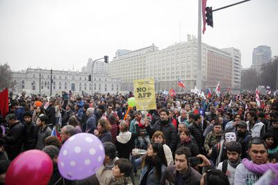 Miles de personas se manifiestan hoy, domingo 24 de julio de 2016, durante una marcha nacional en contra de las Administradora de Fondos de Pensiones (AFP), en Santiago de Chile.