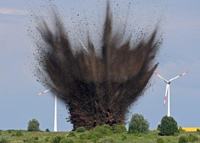 Una bomba aérea de la Segunda Guerra Mundial es detonada por control en un campo cerca de un centro de manejo de carga en Bremen, Alemania.