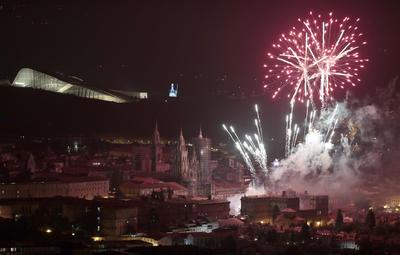 Espectáculo de luz y sonido por las fiestas del Apóstol esta noche en la Praza do Obradoiro, en Santiago de Compostela, uno de los principales reclamos turísticos de la ciudad para celebrar el Día de Galicia.