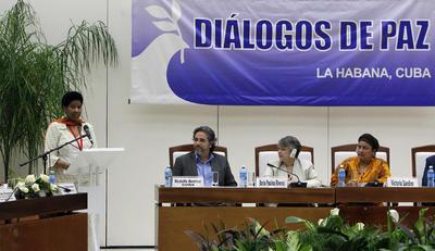 La directora ejecutiva de ONU Mujeres, Phumzile Mlambo-Ngcuka (i), habla hoy, domingo 24 de julio de 2016, durante un evento donde se presentaron informes sobre el enfoque de género en los diálogos, en La Habana (Cuba).