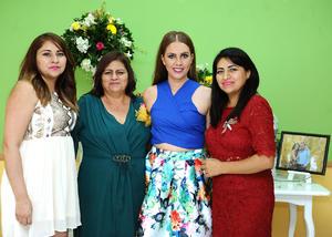 22072016 SE CASARá EN BREVE.  Ana Isabel acompañada de Dora Morales, Verónica y Jaz.