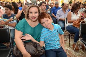 22072016 DISFRUTAN ESPECTáCULO.  Silvia y Óscar.