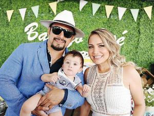 24072016 EN FAMILIA.  José Rosas y Silvia Rendón con José.