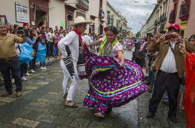 Las calles se llenaron de alegría con los bailes típicos de las delegaciones que participan en los festejos.