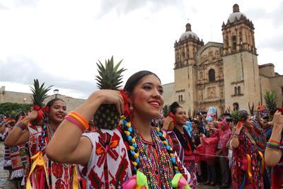 Cientos de mujeres lucieron su belleza portando los vestidos regionales  en el inicio de los festejos de la Guelaguetza.