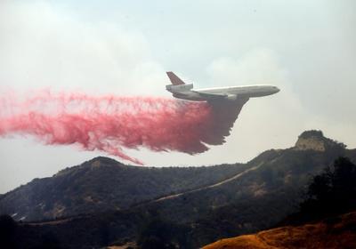 Un avión cisterna intenta apagar el incendio forestal 'Sand Fire' cerca de Santa Clarita, California, (Estados Unidos).
